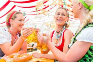 Mädchen im Dirndl trinken Bier (c) Kzenon / bigstockphoto.com